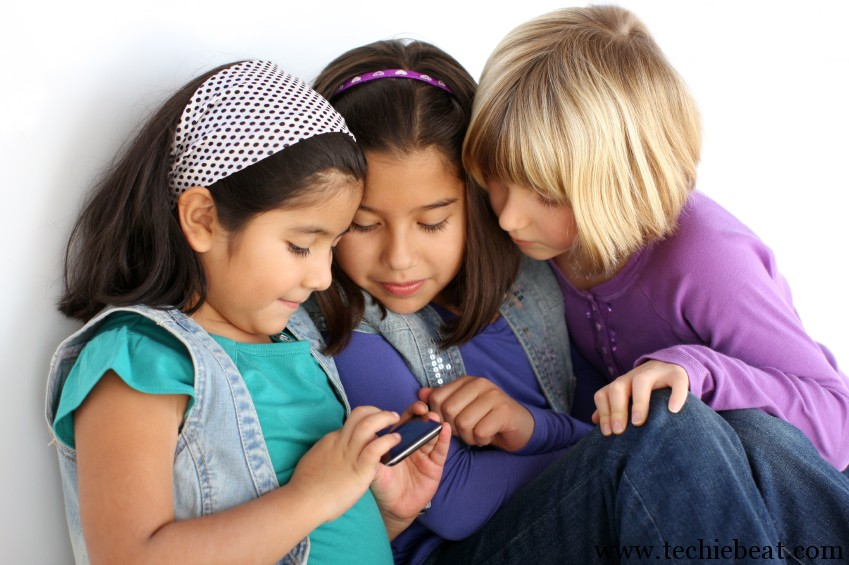 Girls-Playing-Game-in-Mobile